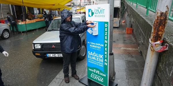 İzmit'in farklı noktalarına İzmit Belediyesi dezenfektan otomatı