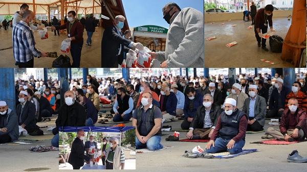 İzmit Belediyesi Cuma Namazında seccade ve maske dağıttı