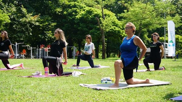İzmit'li Kadınlara sosyal mesafeli özel spor etkinliği