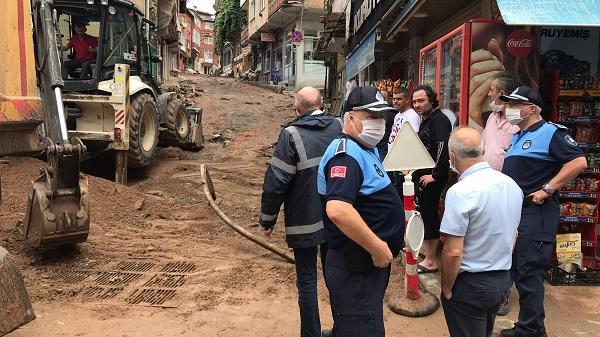 Photo of İzmit Belediyesi sağanak sonrası esnafa yardıma koştu
