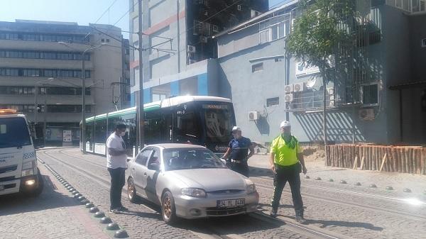 Photo of Tramvay yoluna park edilen araçlar ceza kesilerek çekiliyor