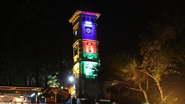 Azerbaycan bayrağı İzmit Saat Kulesini renkleriyle sardı