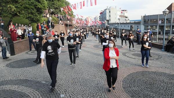 Photo of Başkan Hürriyet Cumhuriyet Bayramı'nda zeybek oynadı