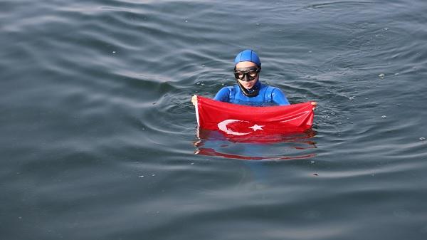 Photo of Dünya şampiyonu Şahika Ercümen İzmit Körfezi'ne daldı
