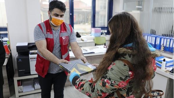 Öğrenciler İzmit Belediyesinin eğitim desteğiyle tabletlerine kavuştu