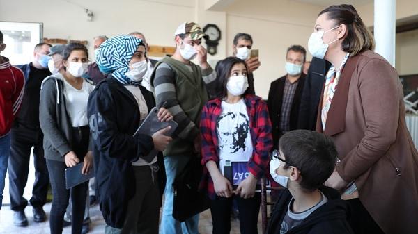 Photo of Başkan Hürriyet internete kavuşan köylerde çocuklarla buluştu