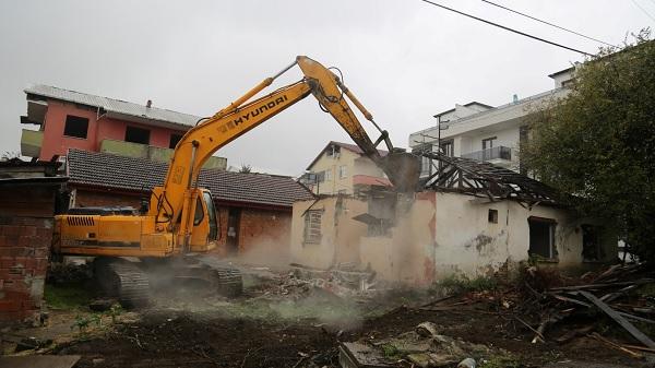 Photo of Kocaeli'de metruk ve hasarlı yapıların yıkımı başladı