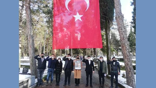 Photo of Öncü Gençlik Gaffar Okkan'ı mezarı başında andı