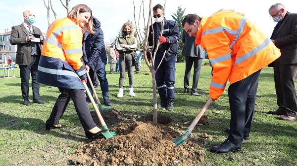 Photo of Akın ve Hürriyet Gazeteci Sedat Şimşek Parkını meyve fidanlarıyla buluşturdu