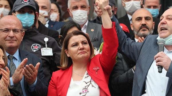 Photo of Başkan Hürriyet'in TİS imza töreninde mutluluk gözyaşları