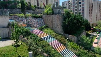 28 Haziran Mahallesi'ndeki 12 metre genişliğindeki 500 metrelik merdiven rengarenk boyanarak bölgeye estetik kattı