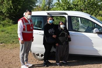 80 yaşındaki Firdevs Özcan'ın Covid-19 aşısı olması için İzmit Belediyesi hem randevu aldı, hem de ulaşım desteği sağladı