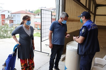 İzmit Belediyesi Zabıta Müdürlüğü, semt pazarı girişlerinde tüm vatandaşlara HES kodu sorgulaması yaptı, Pandemide dikkat edilmesi gereken koşullarını eksiksiz yerine getirdi.