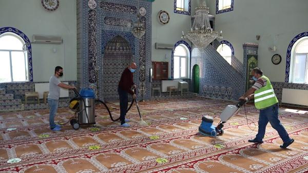İzmit'in camileri tam kapanma sonrası için dezenfekte ediliyor