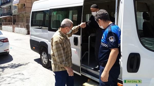 Kaybolan vatandaşı Kocaeli Zabıtası ailesine teslim etti