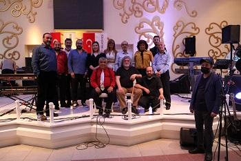 Yirmi beşi müzisyen, solist ve vokalle birlikte toplam 35 kişilik ekiple hazırlanan konser etkinliklerinde, İzmit Belediyesi müzik emekçilerini yalnız bırakmadı
