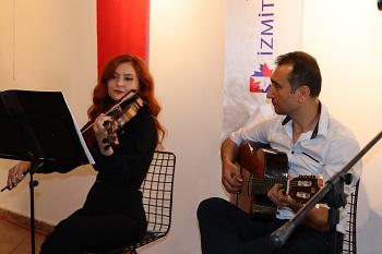 Gitarda Emre Efe ve kemanda Seda Gülşen Kınış, anma etkinliğine müzikleriyle renk kattı