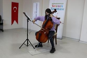 İzmit Belediyesi Sanat Akademisi Yetenek Taraması'na katılarak şanslarını deneyen çocuklar ve gençler dünyaca ünlü keman virtüözü Prof. Dr. Cihat Aşkın'dan ders almak için 3 dakika performans sergiledi