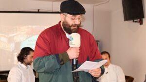 Kocaeli Üniversitesi Güzel Sanatlar Fakültesi Sahne Sanatları Bölümü öğrencisi Murat Şevke Nazım Hikmet'in 'Vatan Haini' şiirini seslendirdi