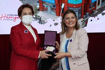 Başkan Hürriyet Akşener'e plaket verdi