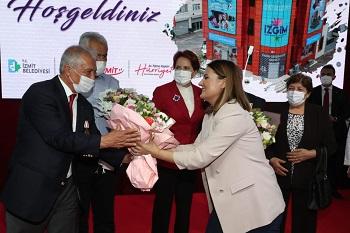 Başkan Hürriyet İZGİM açılışımda çiçek takdim etti