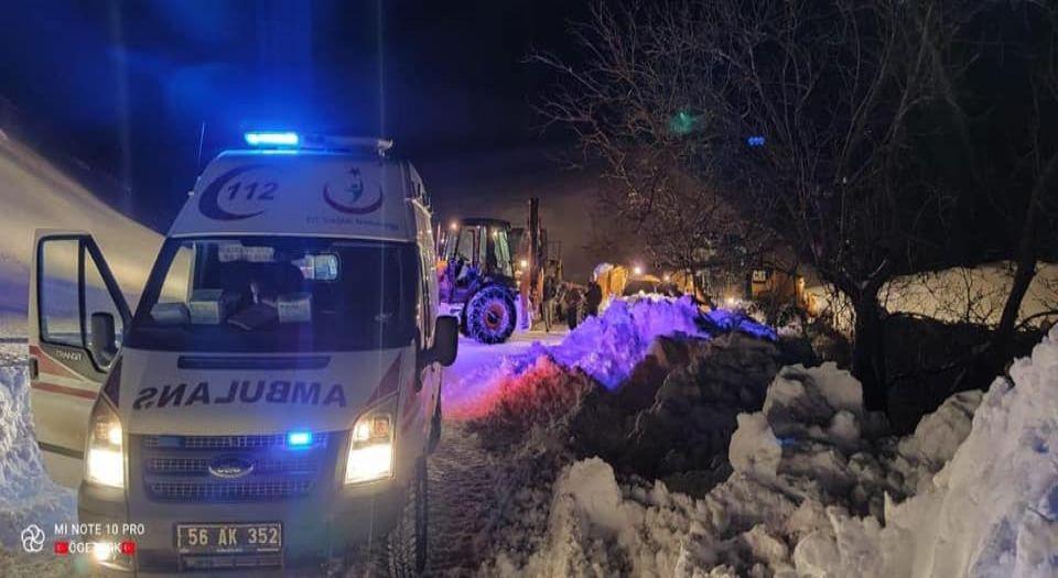 Photo of Siirt'te hasta adam için karlı yollar aşıldı