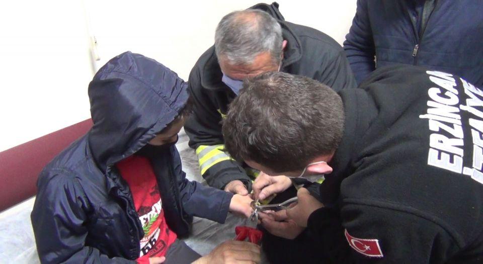 Photo of 8 yaşındaki çocuğun yüzük diye taktığı metal pulu itfaiye çıkarttı!