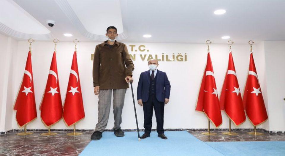 Photo of Dünyanın en uzun adamından Vali Demirtaş'a ziyaret