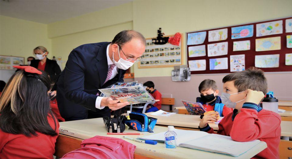 Photo of Pamukkale'de öğrencilere dergi ve maske hediyesi