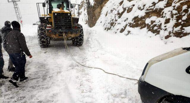 Photo of Siirt'te karda kalan minibüs ve 8 kişi kurtarıldı